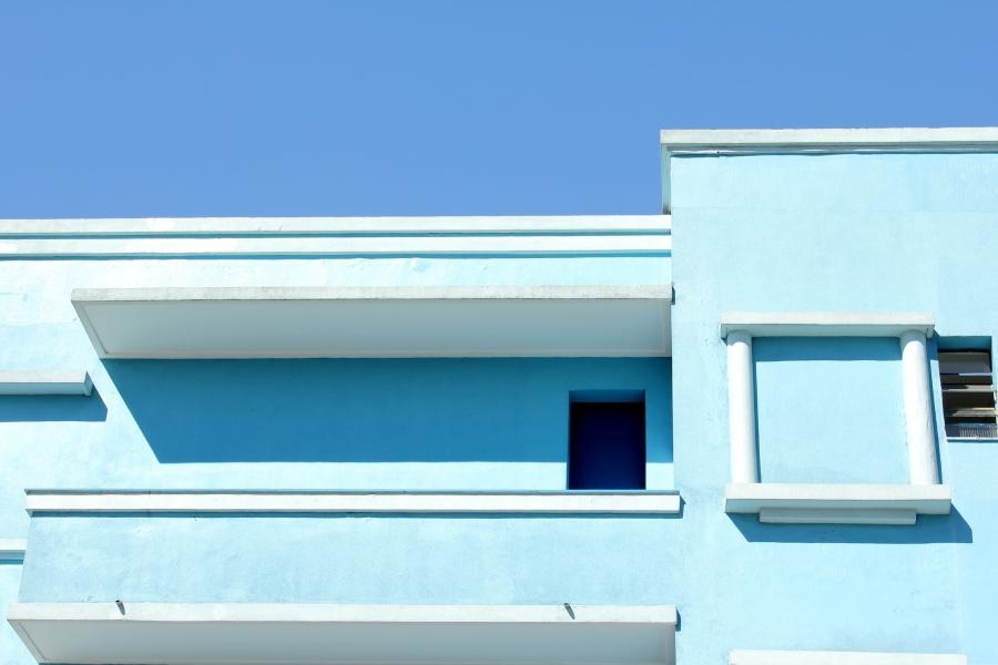 """Já as cores claras, embora mostrem muito a sujeira, são fáceis para a repintura após uma boa lavagem das fachadas. """"A cor clara traz luz e contribui muito na sensação de leveza e alegria das edificações. Sem contar que, por possuírem menor quantidade de pigmentação na composição das cores, tornam-se mais baratas"""", destaca Aurvalle do escritório de arquitetura Projetos & Projetos."""